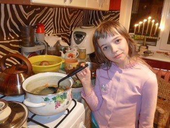 Лаура варит суп